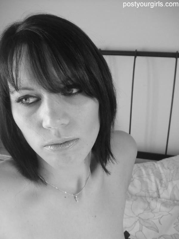 Черно-белые селфи сексуальной брюнетки 8 фото