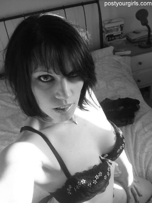 Черно-белые селфи сексуальной брюнетки 3 фото