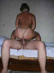 Мужики трахают чужих жён на кровати