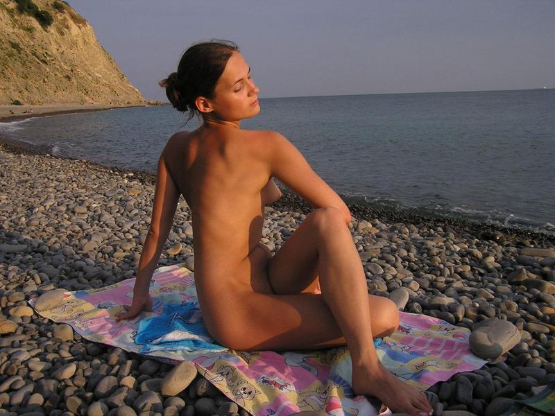 Милашка занимается йогой на пустом пляже 8 фото