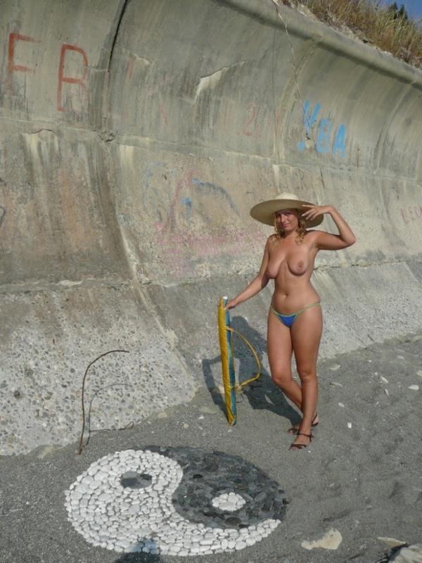 Зрелая нудистка гуляет на природе голышом 1 фото
