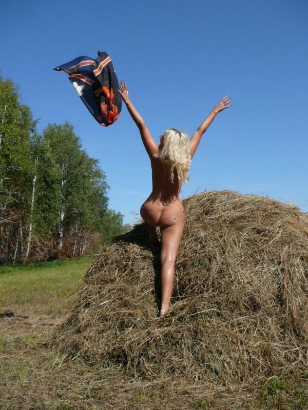 Зрелая нудистка гуляет на природе голышом 11 фото