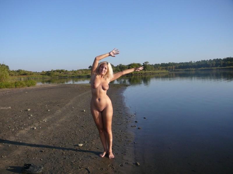 Зрелая нудистка гуляет на природе голышом 2 фото