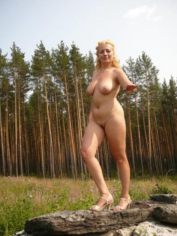 Зрелая нудистка гуляет на природе голышом 12 фото