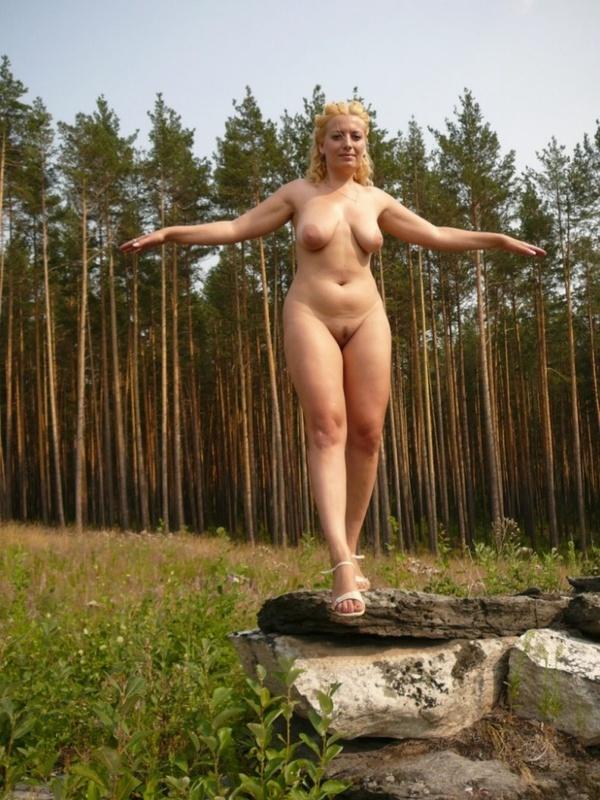 Зрелая нудистка гуляет на природе голышом 13 фото