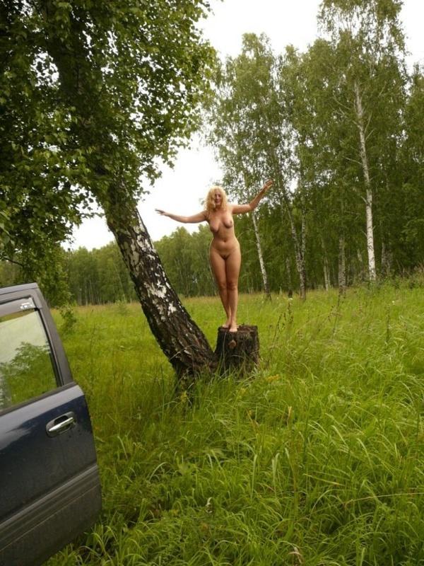 Зрелая нудистка гуляет на природе голышом 18 фото