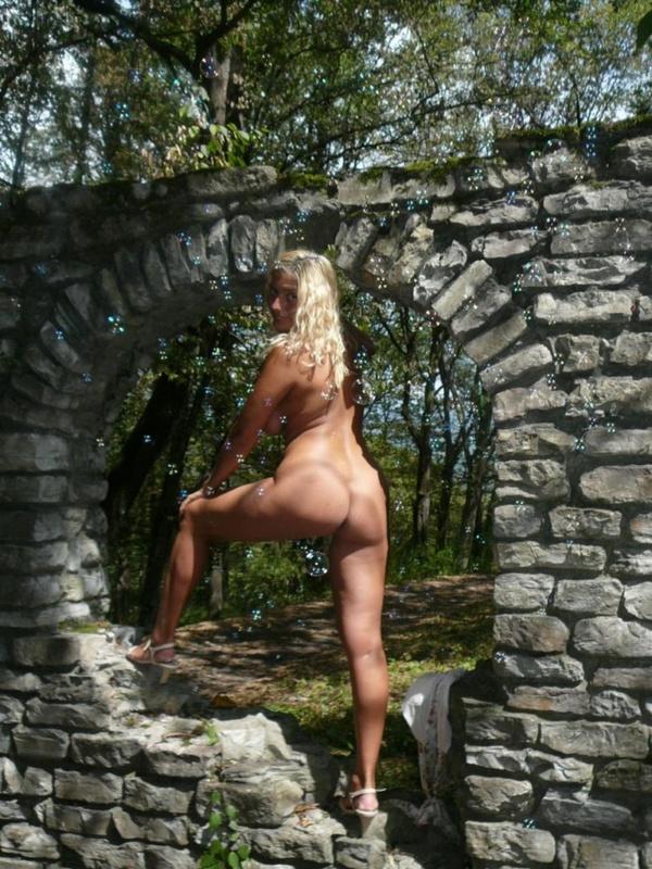 Зрелая нудистка гуляет на природе голышом 20 фото