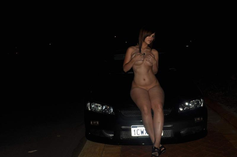 Славянка с большими сиськами мастурбирует в машине 7 фото