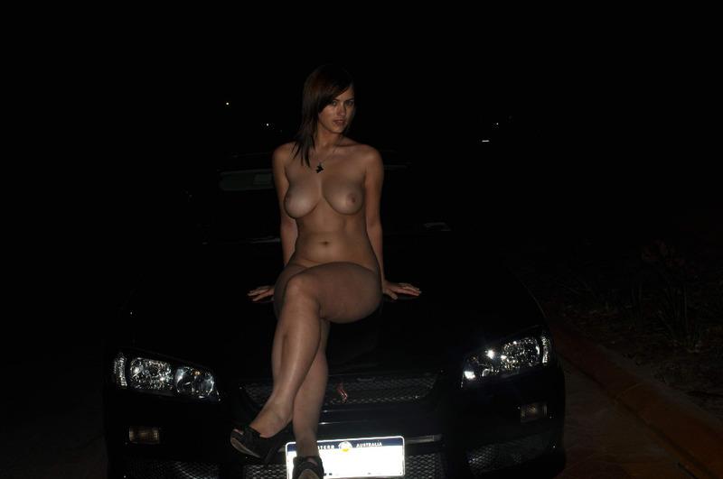 Славянка с большими сиськами мастурбирует в машине 6 фото