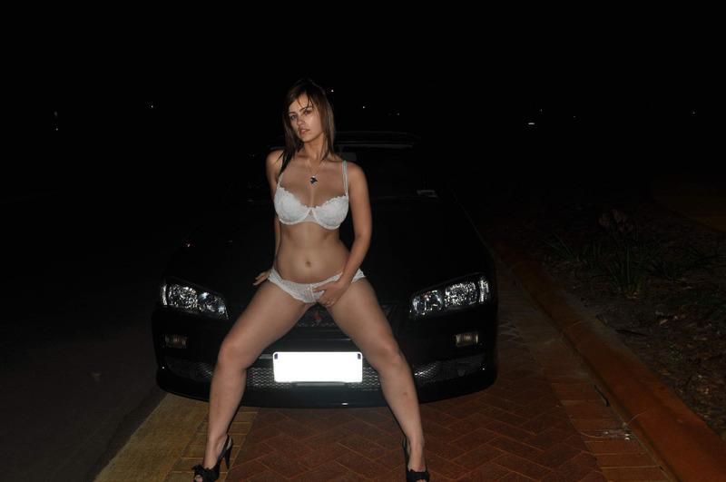 Славянка с большими сиськами мастурбирует в машине 2 фото