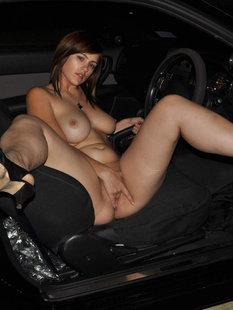 Славянка с большими сиськами мастурбирует в машине