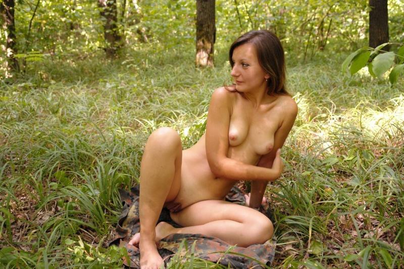 Оголила свои прелести на природе 6 фото