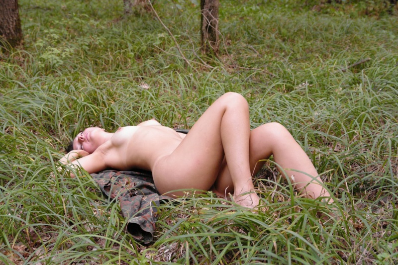 Оголила свои прелести на природе 8 фото