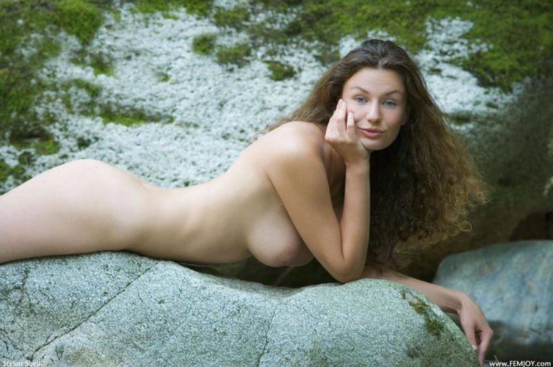 Худая телка с большими сиськами демонстрирует голое тело у реки 7 фото