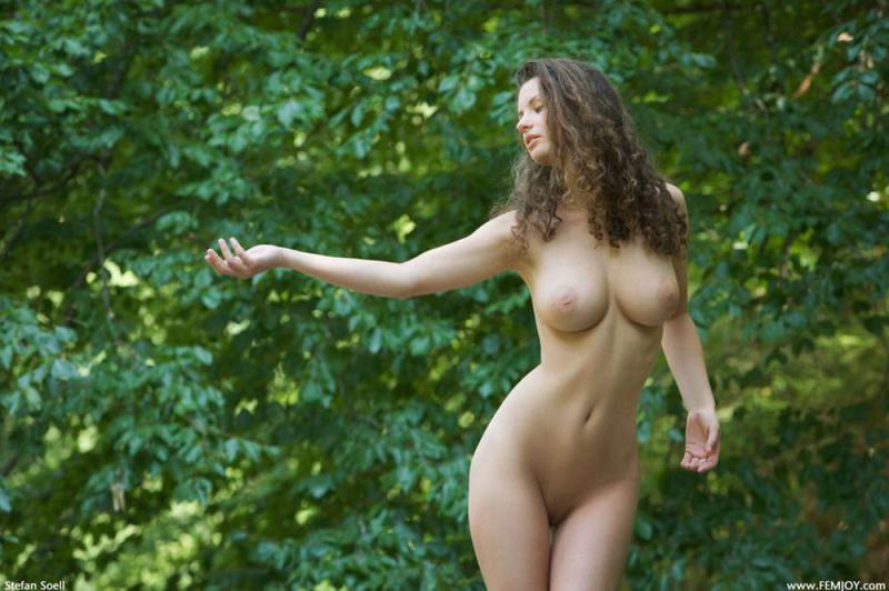 Худая телка с большими сиськами демонстрирует голое тело у реки 20 фото