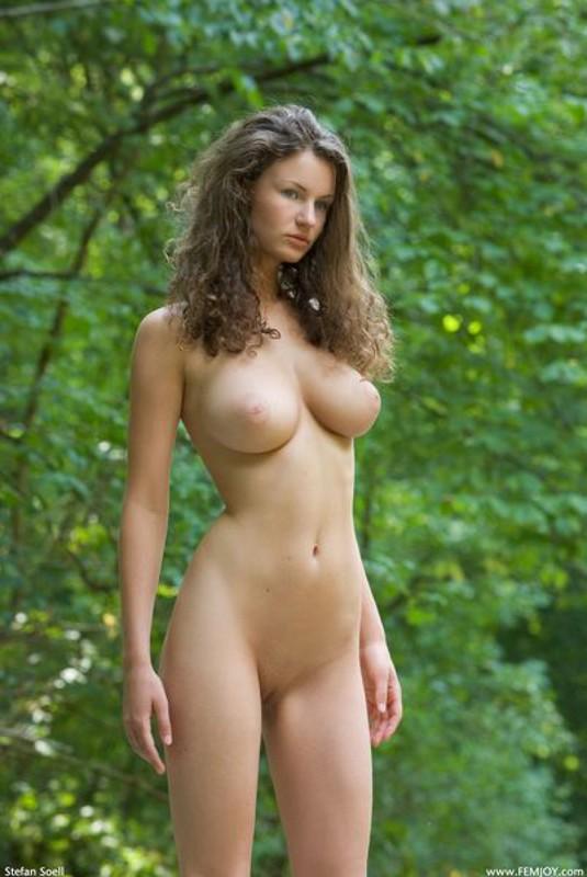 Худая телка с большими сиськами демонстрирует голое тело у реки 18 фото