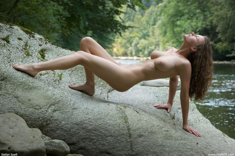 Худая телка с большими сиськами демонстрирует голое тело у реки 8 фото