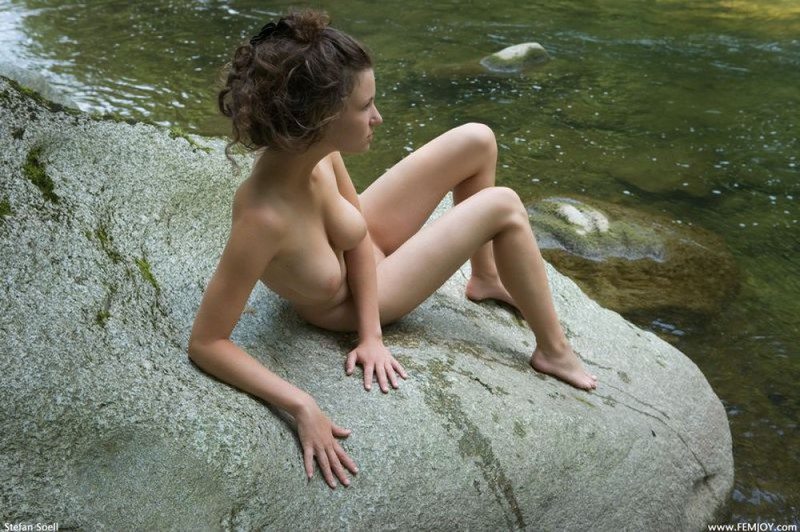 Худая телка с большими сиськами демонстрирует голое тело у реки 1 фото
