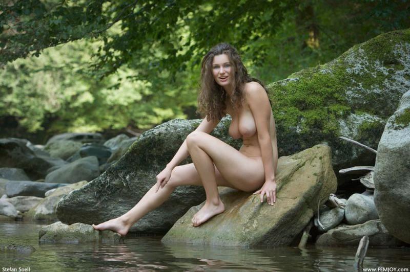 Худая телка с большими сиськами демонстрирует голое тело у реки 11 фото