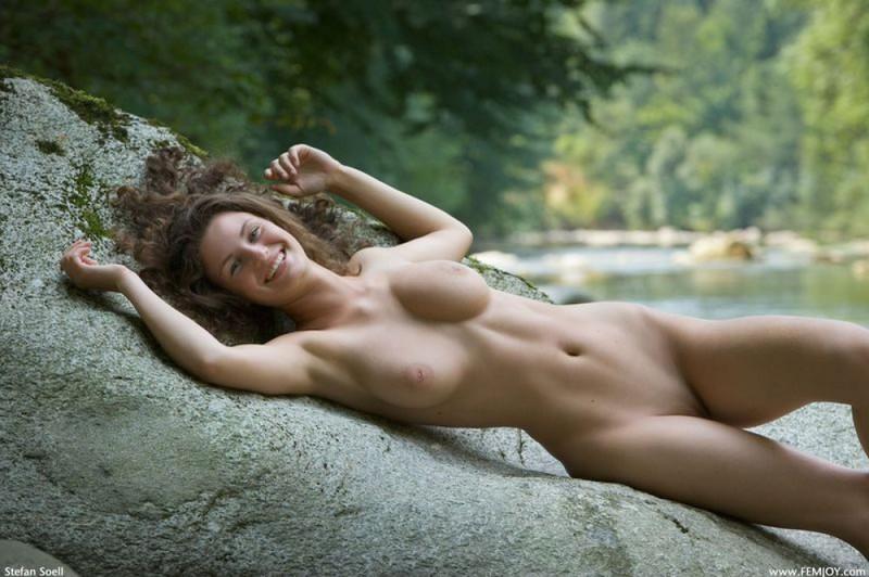 Худая телка с большими сиськами демонстрирует голое тело у реки 14 фото