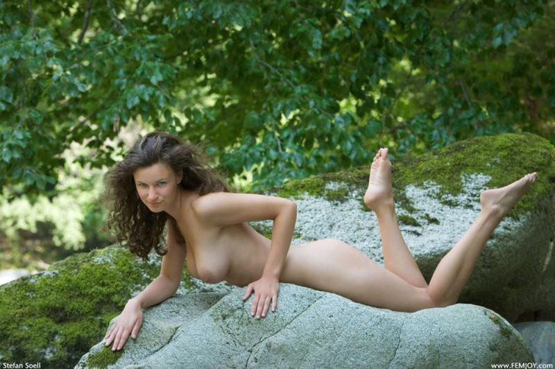 Худая телка с большими сиськами демонстрирует голое тело у реки 15 фото