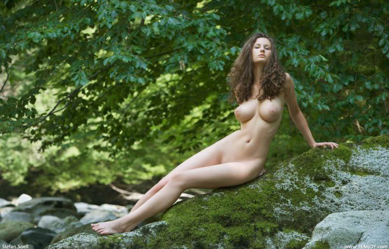 Худая телка с большими сиськами демонстрирует голое тело у реки 25 фото