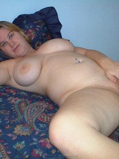 Жирная женщина позирует обнаженной без комплексов