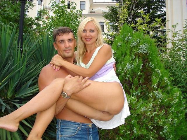 Русская разведенка раздевается и трахается с любовником на отдыхе 2 фото