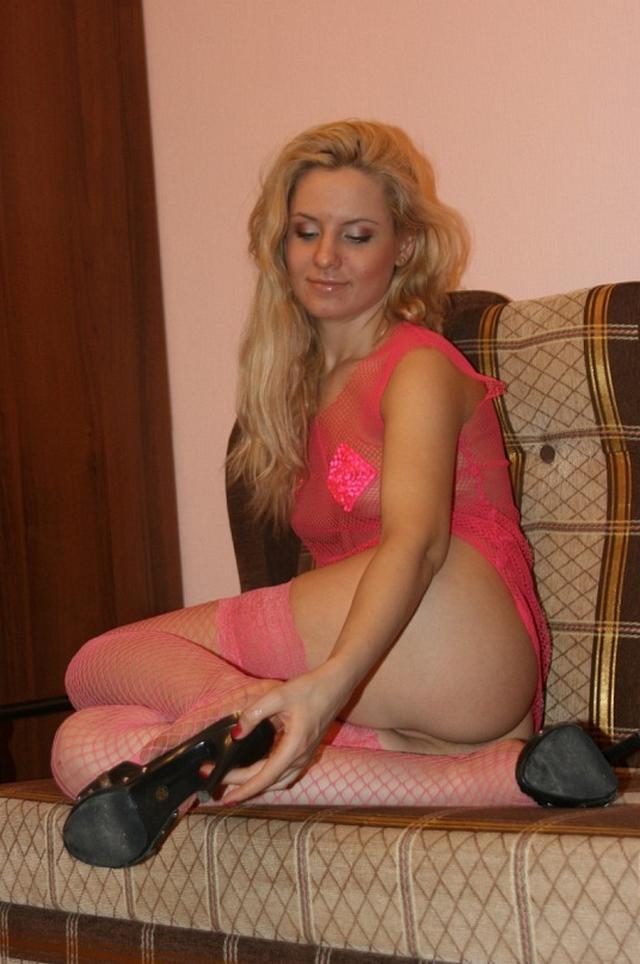 Гламурная блондинка в эротической блузке и чулках розового цвета 10 фото