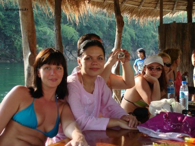 Две взрослые брюнетки-лесбиянки позируют на курорте и в номере 9 фото