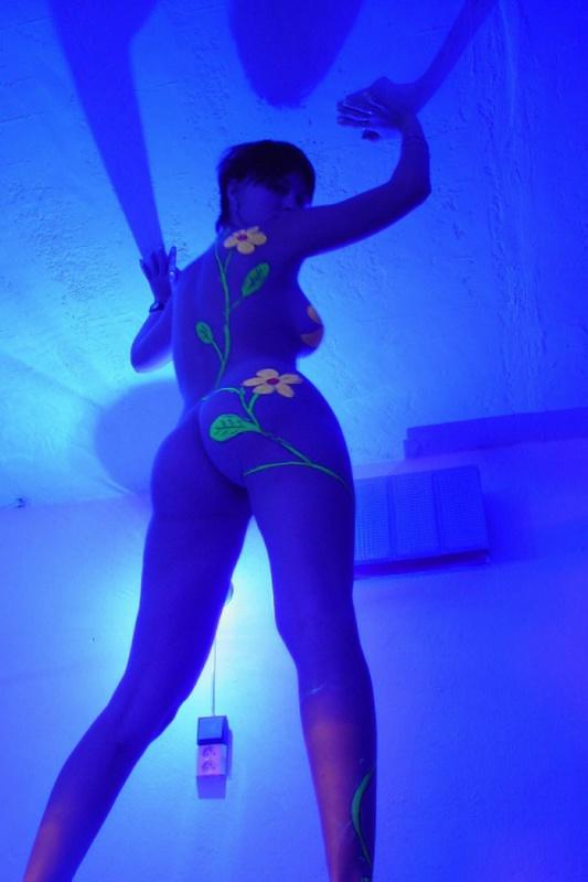 Девушка с короткой стрижкой показывает натуральный дойки 19 фото