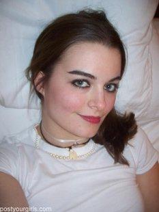 Заводная подружка отправила любимому эротические селфи в постели