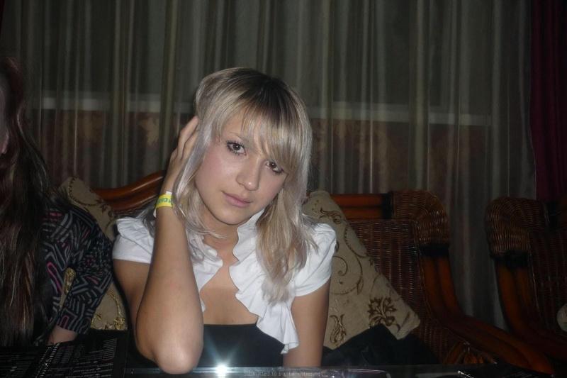 Худая девка позирует у себя на съемной квартире 19 фото