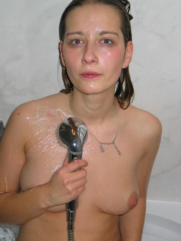 Молодая телка из деревни раздевается у окна и принимает душ 14 фото