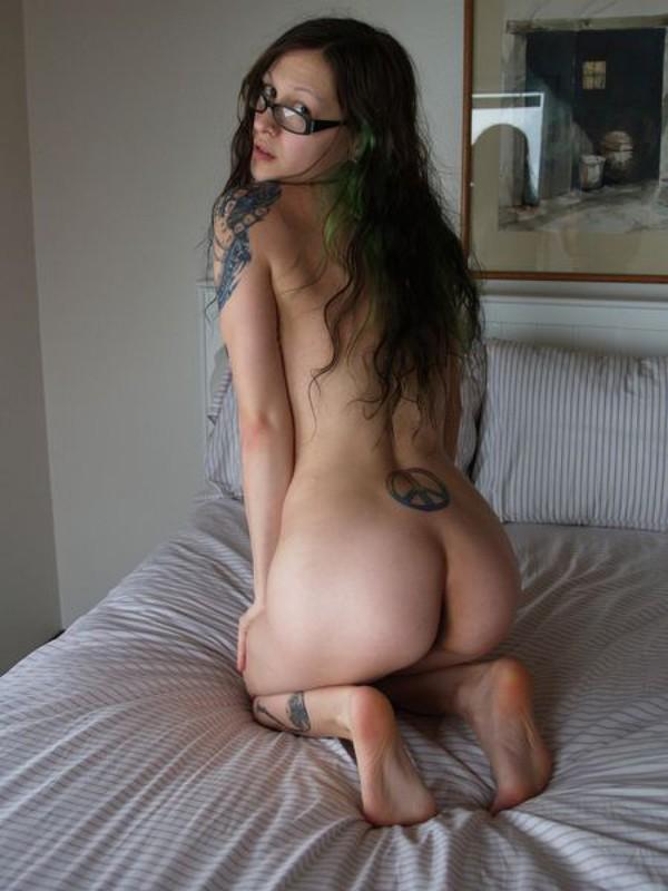 Голая девка в очках разлеглась на двухспальной кровати 35 фото
