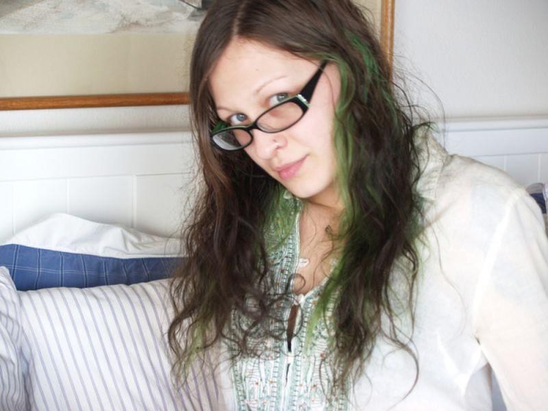 Голая девка в очках разлеглась на двухспальной кровати 7 фото