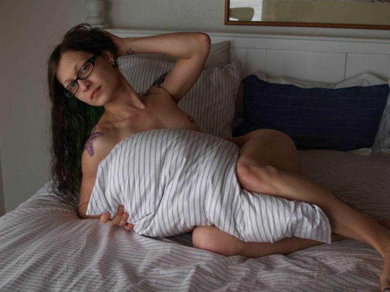 Голая девка в очках разлеглась на двухспальной кровати 26 фото