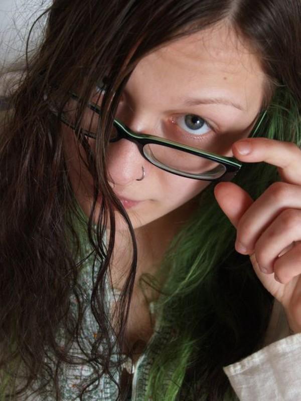 Голая девка в очках разлеглась на двухспальной кровати 15 фото