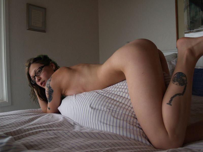 Голая девка в очках разлеглась на двухспальной кровати 14 фото