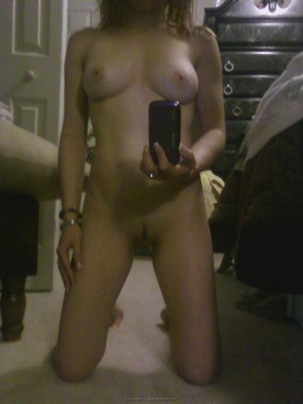 Горячая студентка делает голые селфи и снимается для бойфренда 1 фото