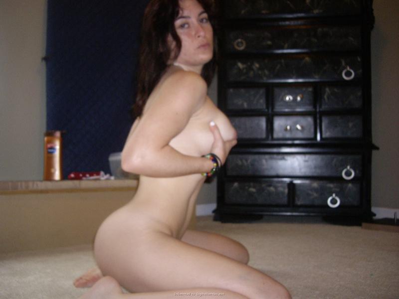Горячая студентка делает голые селфи и снимается для бойфренда 6 фото