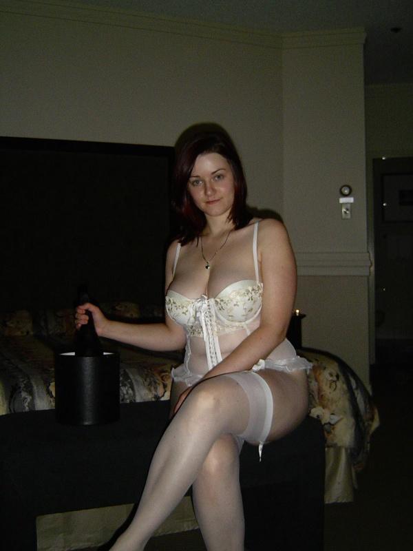 Женщина раздевается и дрочит киску на кровати 5 фото