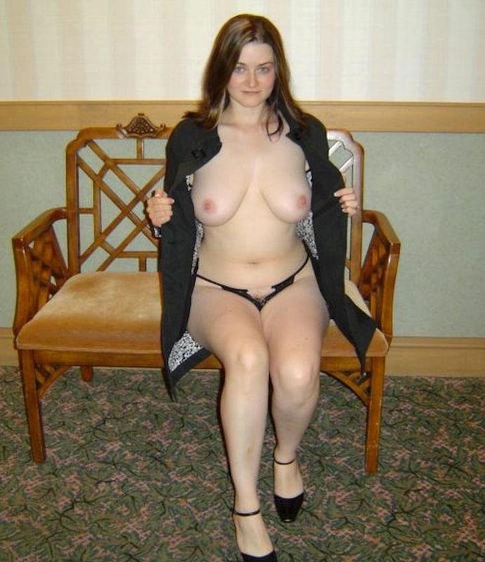Женщина раздевается и дрочит киску на кровати 9 фото