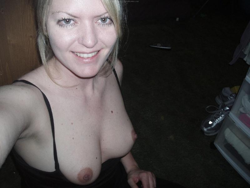 Взрослая блондинка делает селфи с голыми сиськами в квартире 7 фото