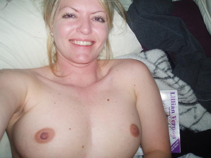 Взрослая блондинка делает селфи с голыми сиськами в квартире 8 фото