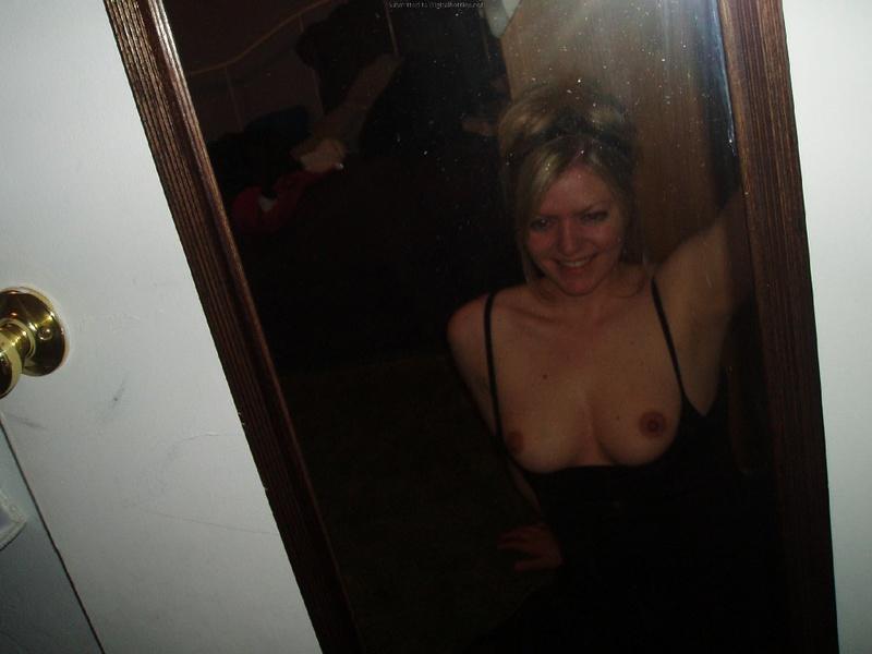 Взрослая блондинка делает селфи с голыми сиськами в квартире 3 фото