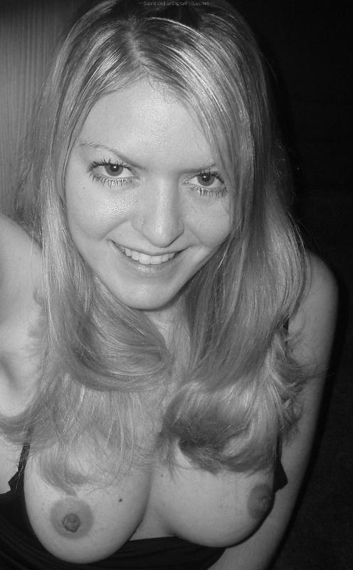 Взрослая блондинка делает селфи с голыми сиськами в квартире 20 фото