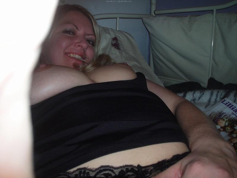 Взрослая блондинка делает селфи с голыми сиськами в квартире 23 фото