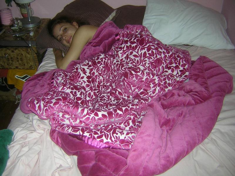 Голая девушка раздвинула ноги на двухспальной кровати 2 фото