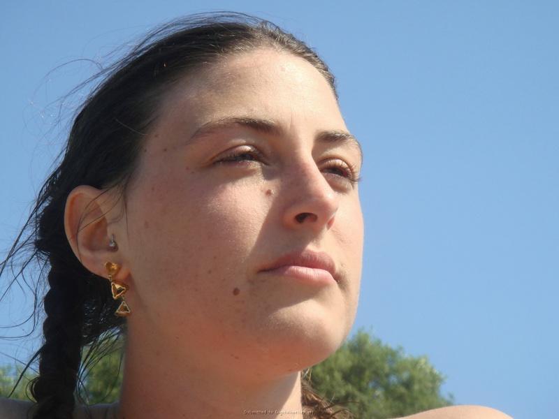 Молодая брюнетка с большой грудью на свежем воздухе 2 фото